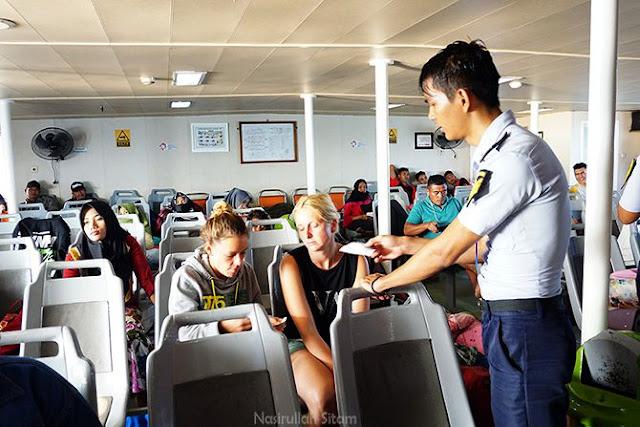 ABK kapal mengecek tiket penumpang