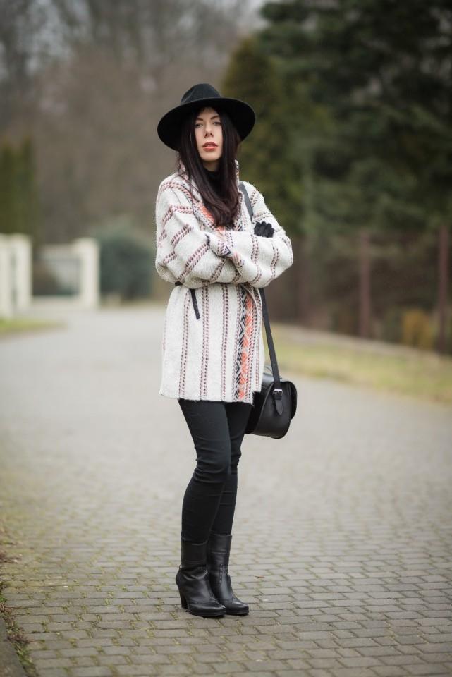 wełniany płaszcz etniczne wzory kardigan etno skórzane botki blog o modzie blogerka stylizacja boho kapelusz fedora