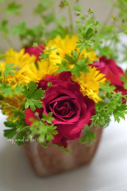 aranjament cu flori de gradina trandafir rosu Transilvania