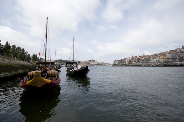 Imbarcazioni con le botti di vino Porto sul fiume Douro-Porto