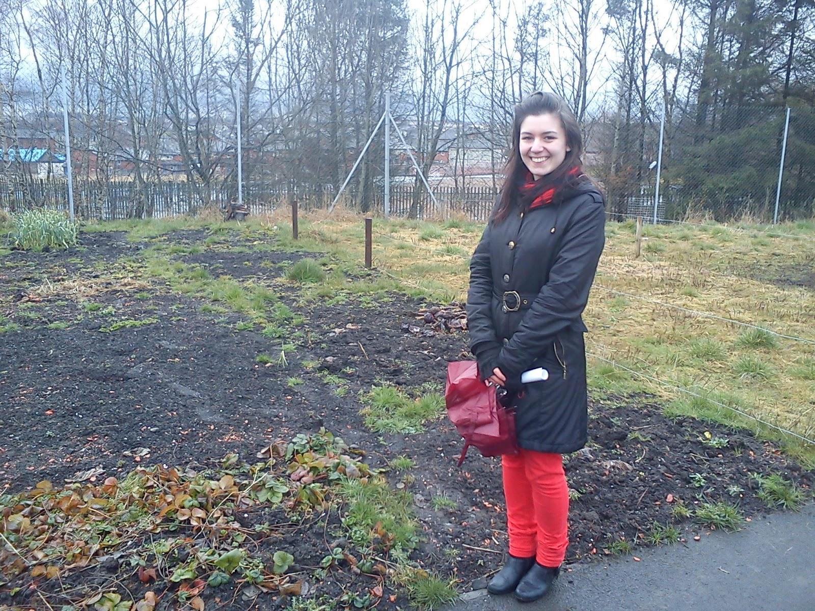 Ruby a szerződássel pózol a kertünk előtt