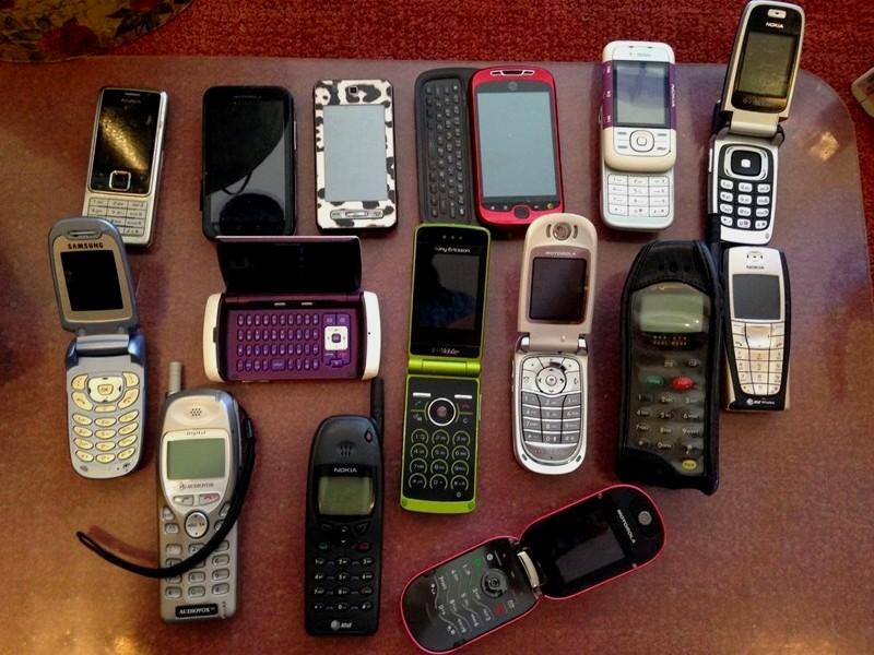 Andaikan kau harus mengangkat telepon yang masuk ke ponsel jadulmu 17 Keuntungan Hp Jadul Yang Tidak Dimiliki Smartphone