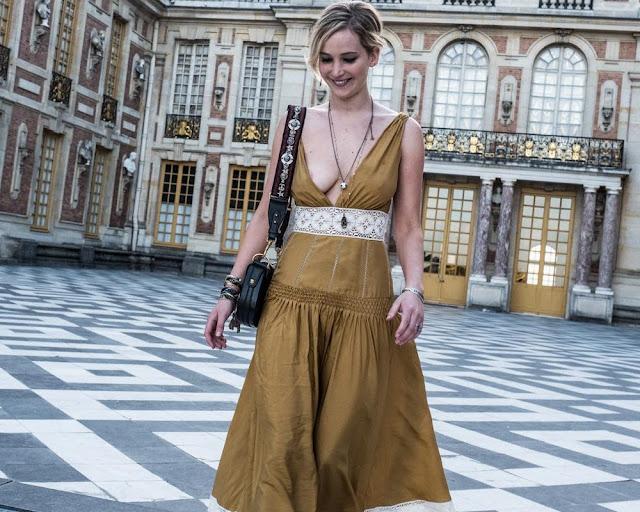 É bastante apropriado que Jennifer Lawrence esteja exibindo seu decote, pois ambos representam perfeitamente a cultura francesa