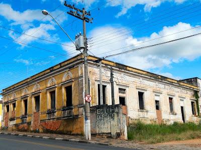 A casa agrícola abandonada no centro da cidade, entregue aos pombos.