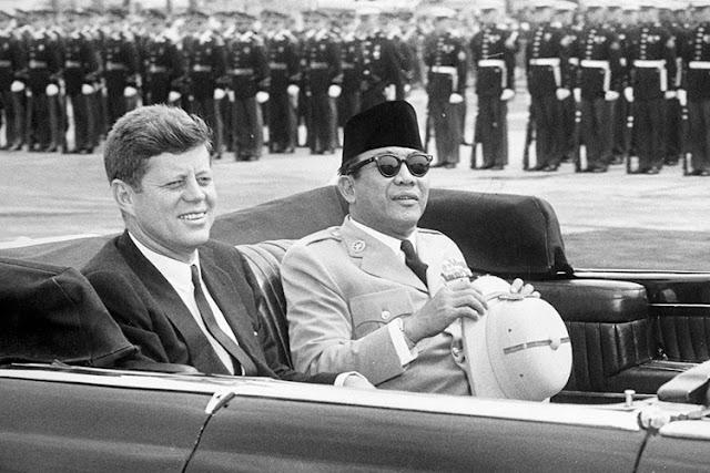 John F. Kennedy bersama Soekarno