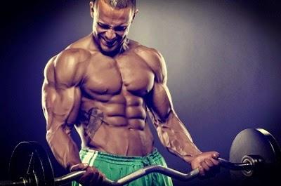 hombre culturista haciendo pesas con una barra