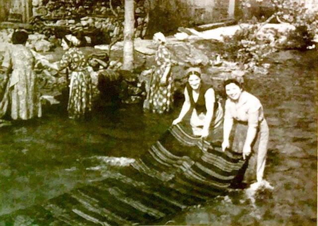Πλύσιμο χαλιών στο ποτάμι