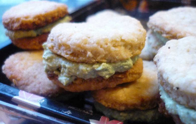 https://cuillereetsaladier.blogspot.com/2013/06/biscuits-aperitifs-fourres-au-pesto.html