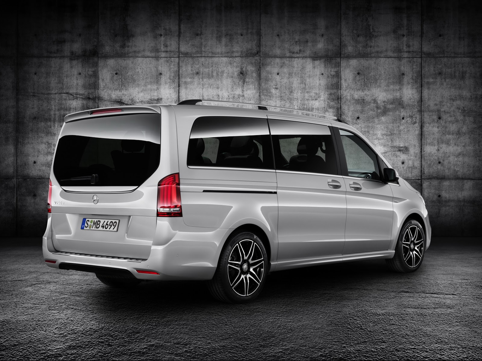 new mercedes benz v class takes some amg fashion lessons. Black Bedroom Furniture Sets. Home Design Ideas