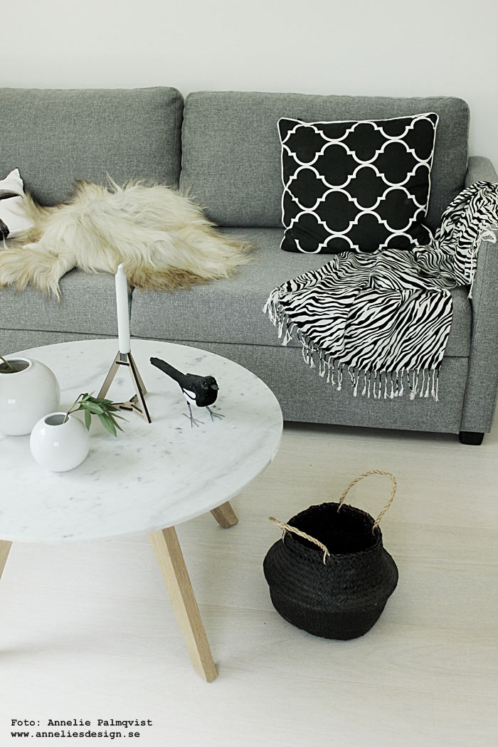 böset ljusstake, kudde, elce stockholm, svartvitt, svartvit, svartvita, detaljer, webbutik, webbutiker, webshop, inredning, zebra, pläd, kuddar, fårskinn, isländska fårskinn, skinn, fäll, fårfäll, handsnidad skata, skator, skatan, marmor bord, furniturebox, ljusstake, annelies design, anneliesdesign, ljusstakar, tvåfota design, grafiskt, grafiska, vit parkett, gästrum, gästrummet, tygsoffa, bäddsoffa, bord, erbjudande, rabatt, veckoerbjudande