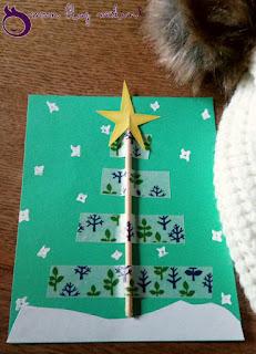 Un ruban de Masking Tape donne le motif sapin à cette carte de fêtes