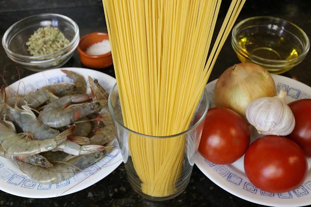Ingredientes para espaguetis con langostinos