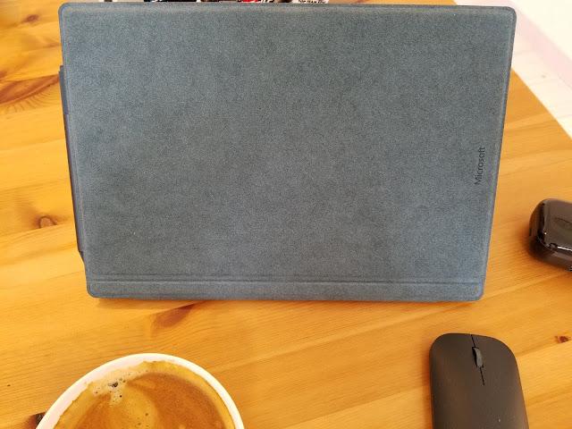 microsoft surface proをカバーを閉じて机に置いている画像
