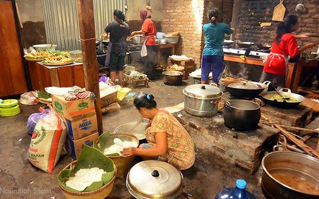 Kesibukan yang terekam di dapur Warung Geblek Pari