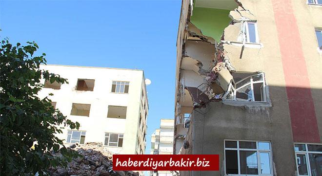 Diyarbakır Şehitlik'te çökme tehlikesi olan 3 apartmanın yıkımına başlandı