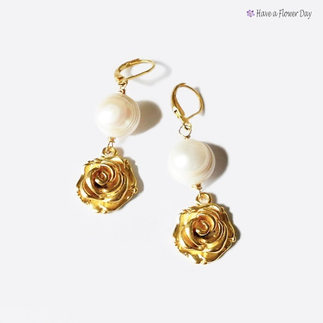 Pendientes con perlas de río y rosa dorada · Freshwater pearl earrings with gold rose