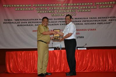Bersama Gubernur Sulut, Olly Dondokambey, MenkoPolHukam, Luhut Panjaitan, foto dan bertukar cindramata