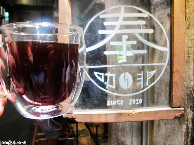 IMG 0184 - 【台中咖啡】隱藏在老舊市場裡的咖啡香 『奉咖啡』讓老闆奉上一杯帶著古早氣味的咖啡吧 台中咖啡 單品咖啡 忠信市場 黑咖啡 寶可夢