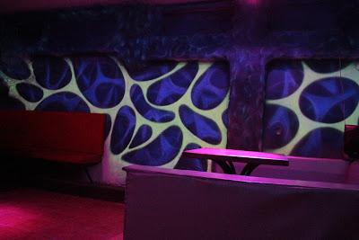 Świecące ściany na dyskotece, aranżacja ściany, malowanie obrazu w ultrafiolecie, mural UV