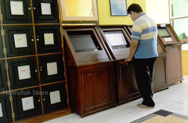 Pengunjung melakukan pencarian koleksi di OPAC