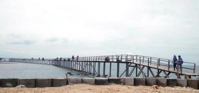 Jembatan penghubung di Pantai Kutang Lamongan