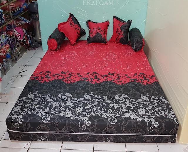 Sofa bed inoac motif bunga red rose saat di fungsikan sebagai kasur