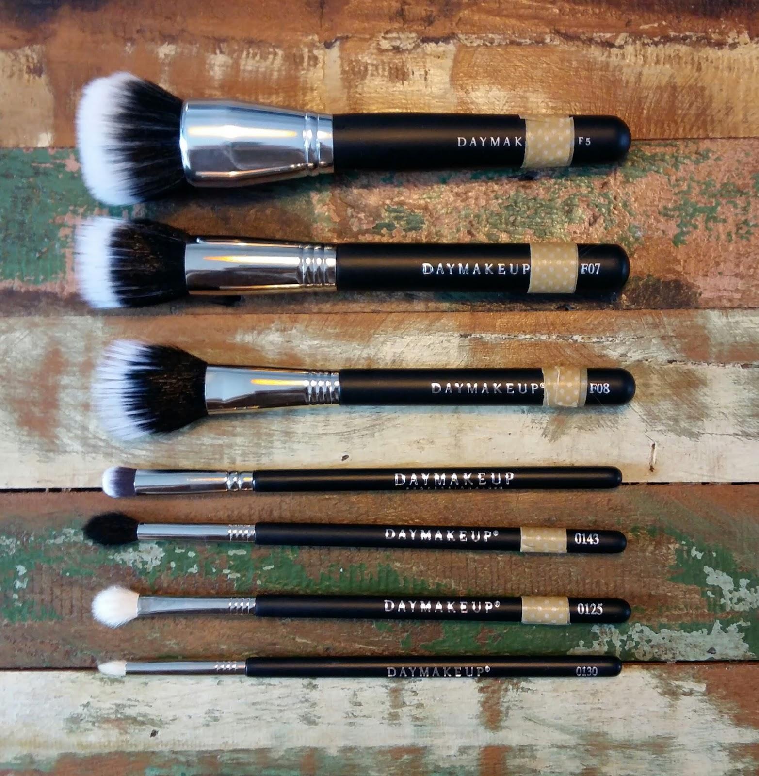 Recentemente descobri a Day Makeup, uma empresa de vende cílios e pincéis  profissionais de qualidade e preço bacana. Vejam os similares entre entre a  Day e ... aa2004baa6