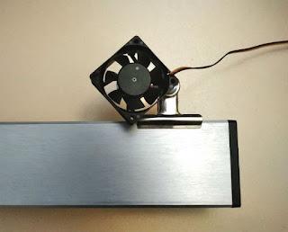ファンに固定されたクリップで、ライトに固定する(表側)
