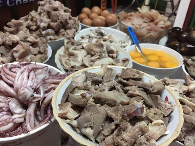 Các loại tim, phèo, lưỡi heo, da heo, sườn sụn, trứng gà còn có râu mực nữa. Nhìn thôi là muốn ăn rồi