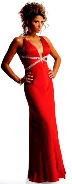 Mujer con vestido largo con escote y de color rojo