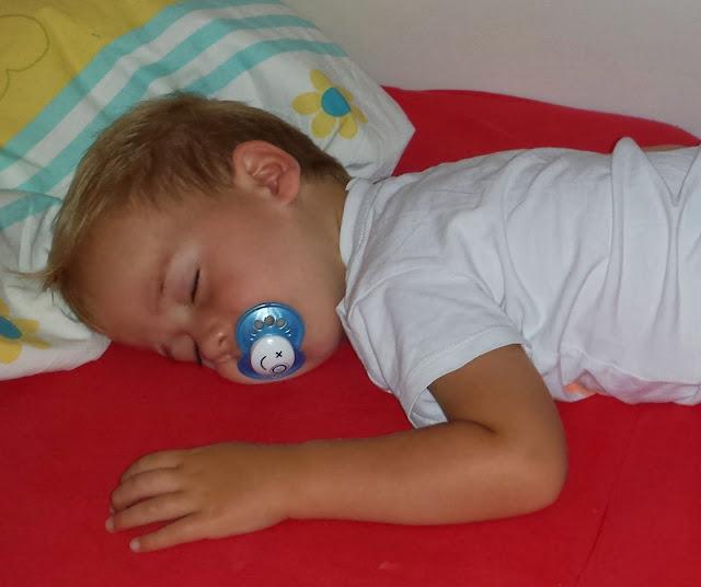 Kind schläft mit Nuckel