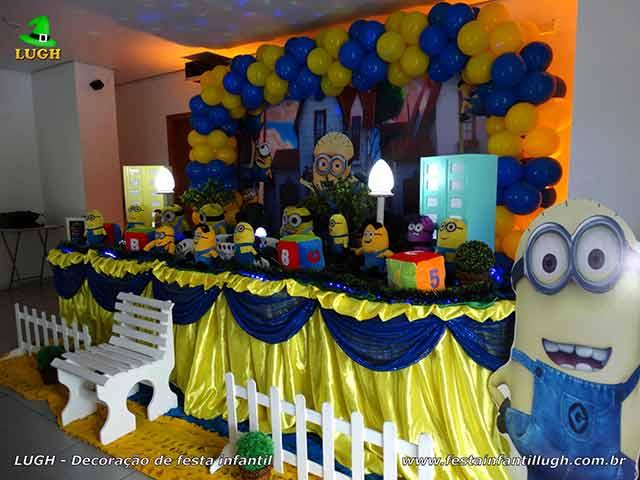 Mesa decorada para o bolo tema Minions