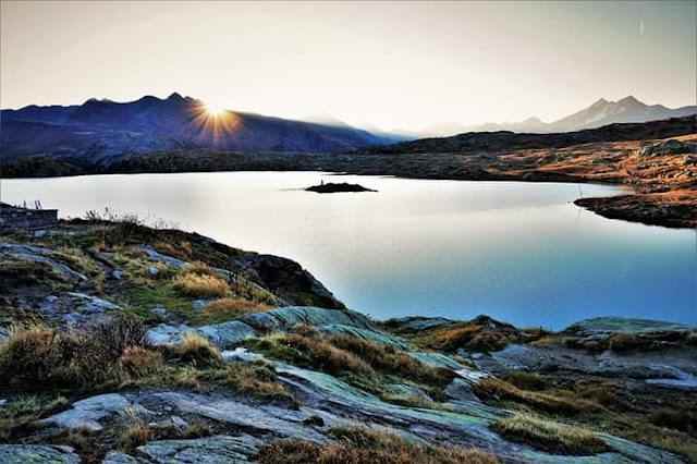 Gambar Pemandangan Alam Indah di Swiss Sunrise Danau Grimselpass
