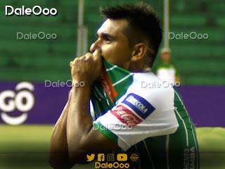 José Alfredo Castillo besa el escudo de Oriente Petrolero - DaleOoo