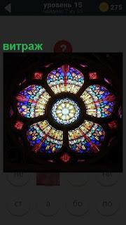 На потолке выполнен цветной круглый витраж с освещением в центре
