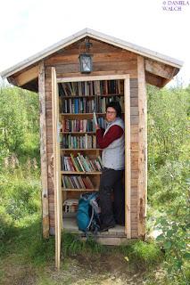 Bücherschrank mit Buchblogger