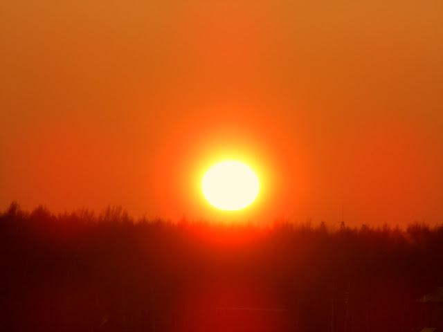 Солнечная сфера 2016 Декабрь15  Солнце закат красота Солнце  Закат 15 декабря 2016  идеальные сферы  безболезненно для глаз смотрели на Закат   парадоксальное явление,  Солнце Зимой находится намного ближе к Земле, чем летом и оно безболезненно для зрения, на Солнце можно без слезотечения смотреть с Зенита, с 12:00 полдень.   Летом глаза жжёт, а Солнце находится дальше по отношению к Земле.