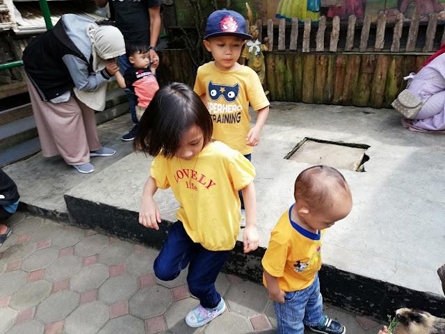 PERCUTIAN BANDUNG DAY 2 KE FARM HOUSE LEMBANG BANDUNG INDONESIA. Selesai berlibur di The Lodge Maribaya Lembang Bandung. Kami meruskan perjalanan ke Farmhouse Lembang. Misi hiburkan hati anak-anak.  Kita cari tempat kid's friendly pulak ! Gitulah mak-mak kan, jalan sket ..kena  cari tempat anak-anak berlibur. Amek hati anak ! Tu yang depa rasa Bandung Indonesia ni best gierrr. Siap tak nak balik Malaysia haha.   PERCUTIAN BANDUNG DAY 2 KE FARM HOUSE LEMBANG BANDUNG INDONESIA. PERCUTIAN BANDUNG DAY 2 KE FARM HOUSE LEMBANG BANDUNG INDONESIA. Farmhouse antara tempat yang sejuk dan nyaman. Pendek kata semua kawasan Lembang ni memang nyaman je ! Farmhouse ni seakan-akan kota Eropah dan mini zoo pun iye jugak !  Untuk ke kawasan Farmhouse ni. Sebenarnya korang boleh jimat aktiviti dan itinerary di kawasan sekitar Lembang ni. The Lodge Maribaya, Farmhouse, Hobbit, Kota Mini Lembang dan Floating Market semuanya dekat-dekat je ! Tapi, kami ni banyak pit stop dan tak boleh push to the max. Itinerary kami ke Lembang pecahkan kepada 2 hari. Kiranya, sebelum malam dah kena keluar dari kawasan Lembang Bandung ni.    Luar kawasan Hobbit, tak masuk tempat Hobbit sebab kena bayar lain. Hari pun dah agak petang.  Farmhouse ni best, kalau nak explore semua mau kena spend 1 hari sahaja di sini. Tapi, kami cuba explore secepat yang mungkin. Kalau 1 tempat , 1 hari. Gamaknya kena duduk sebulanlah kat Bandung hahaha.   Kedai dalam Farmhouse Lembang. Cantik !    Aloh-aloh kecil rumah hobbit ni. Bergambarlah lagi untuk kenang-kenangan  HARGA TIKET MASUK KE FARM HOUSE      Harga Tiket Farmhouse Lembang Bandung ialah sebanak Rp25.000/orang (5 tahun ke atas kena bayar full). Manakala untuk parking kenderaan Rp10,000.  Untuk setiap tiket, boleh tebus 1 air susu FRESH secara PERCUMA. Boleh pilih susu plain, coklat atau strawberry.   Pastinya sedap ! Dah la sejuk ! Memang layannnn    Kitoang hanya bayar tiket untuk mummy, daddy dan Dhia sahaja. Haha jimat bawak anak-anak kecil !   Total tiket mas