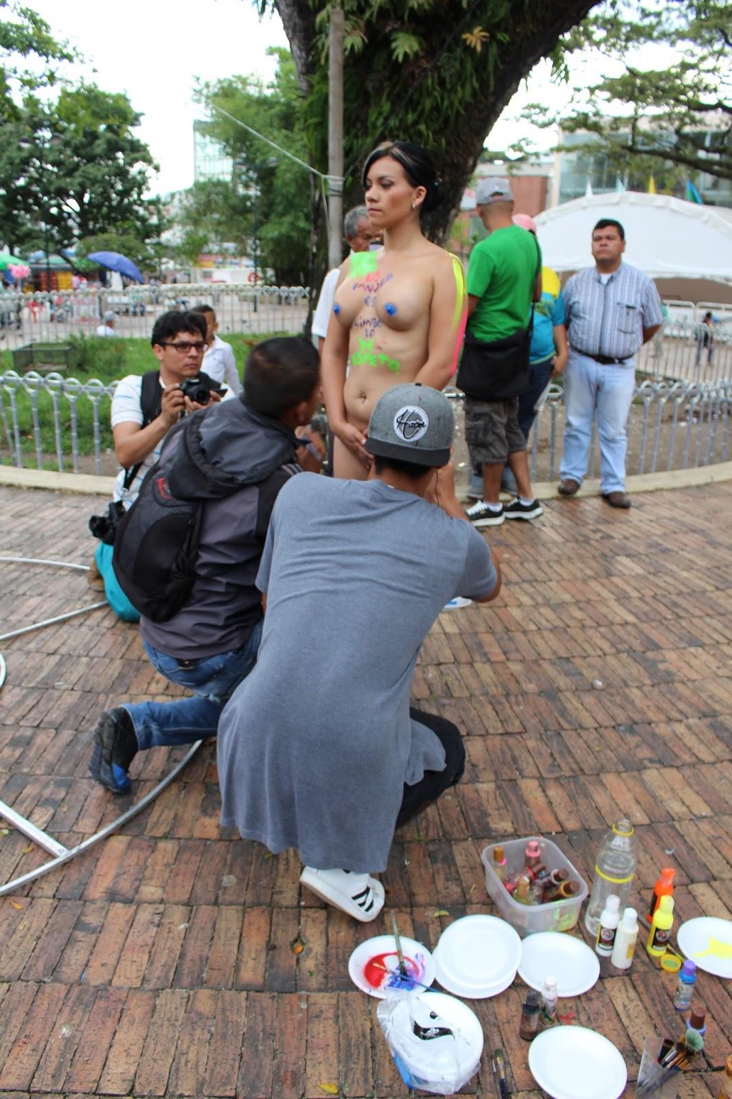pintura de cuerpo público desnuda