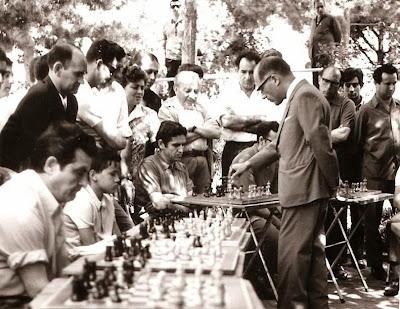El ajedrecista Rafael Saborido dando unas simultáneas