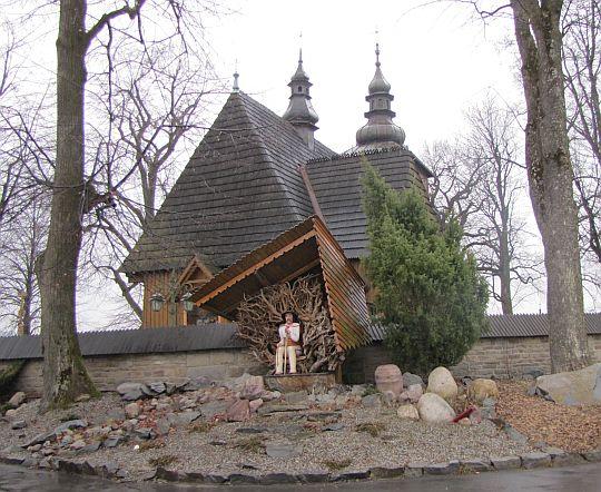 Kościół św. Wojciecha w Krzeczowie i rzeźba górala.