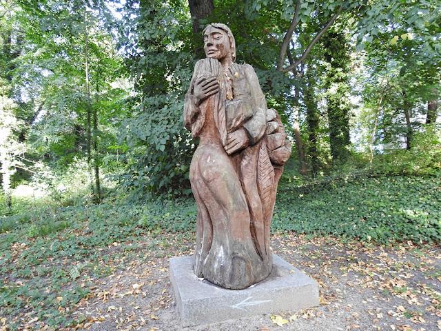 jedna z rzeźb  przedstawiająca miłość dwojga ludzi