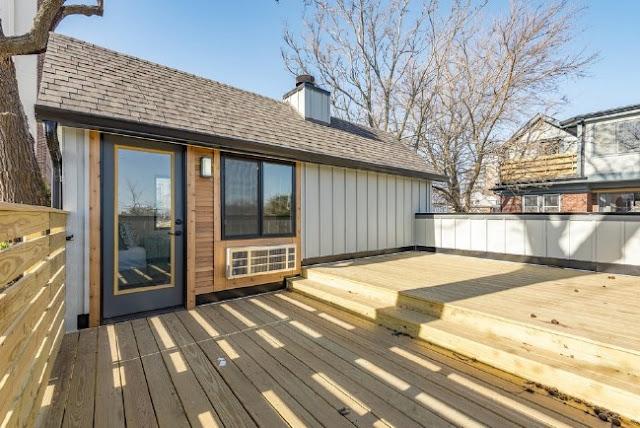 teras rumah kayu dua lantai