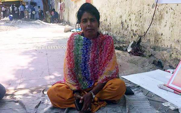PM नरेंद्र मोदी से शादी करने के लिए धरने पर बैठी महिला