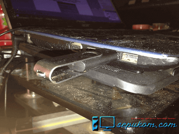 Tancapkan Flashdisk Ke Port USB Laptop