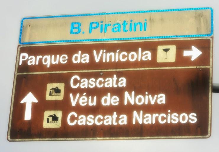 Placa, na Avenida das Hortênsias, em Gramado, Indica as Cascatas Véu de Noiva e dos Narcisos
