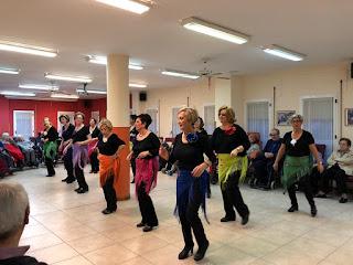 Actividad para los ancianos del grupo de bailes en línea