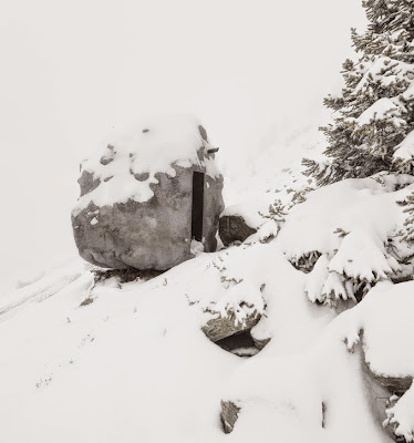 Cabaña escondida en una roca