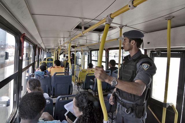 Ônibus conta com escola armada. Foto: Karlos Geromy