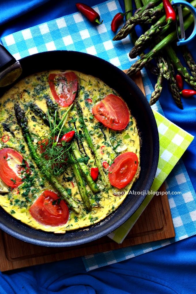 Śniadanie na zielono czyli omlet z zielonymi szparagami, cukinią i pomidorem